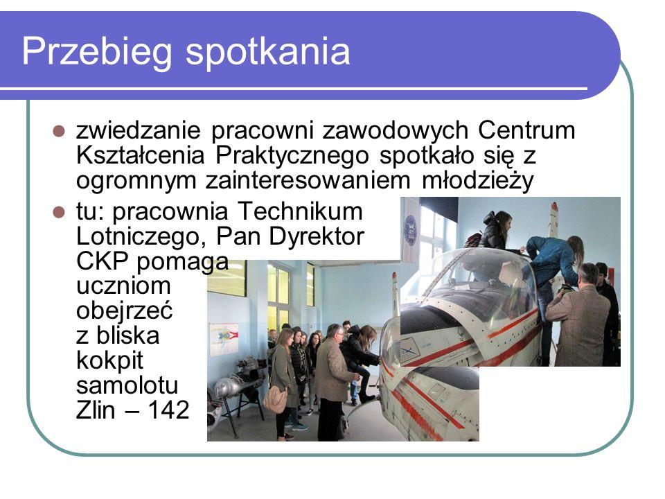 Przebieg spotkania zwiedzanie pracowni zawodowych Centrum Kształcenia Praktycznego spotkało się z ogromnym zainteresowaniem młodzieży tu: pracownia Technikum Lotniczego, Pan Dyrektor CKP pomaga uczniom obejrzeć z bliska kokpit samolotu Zlin – 142
