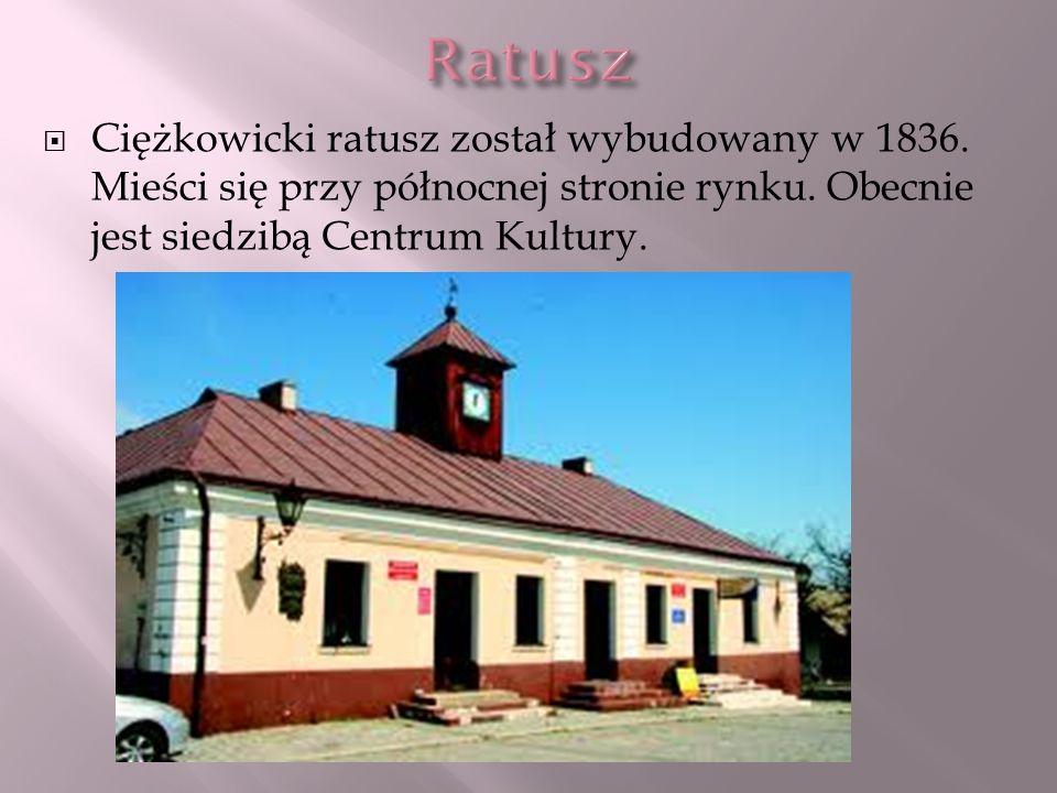 Ciężkowicki ratusz został wybudowany w 1836. Mieści się przy północnej stronie rynku. Obecnie jest siedzibą Centrum Kultury.