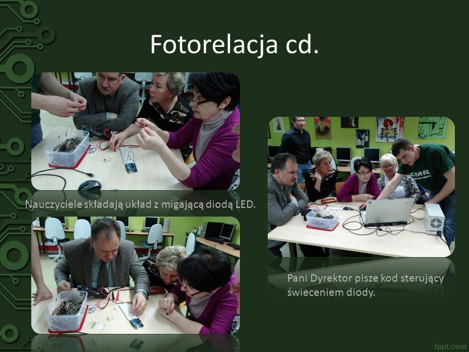 Fotorelacja cd. Nauczyciele składają układ z migającą diodą LED. Pani Dyrektor pisze kod sterujący świeceniem diody.
