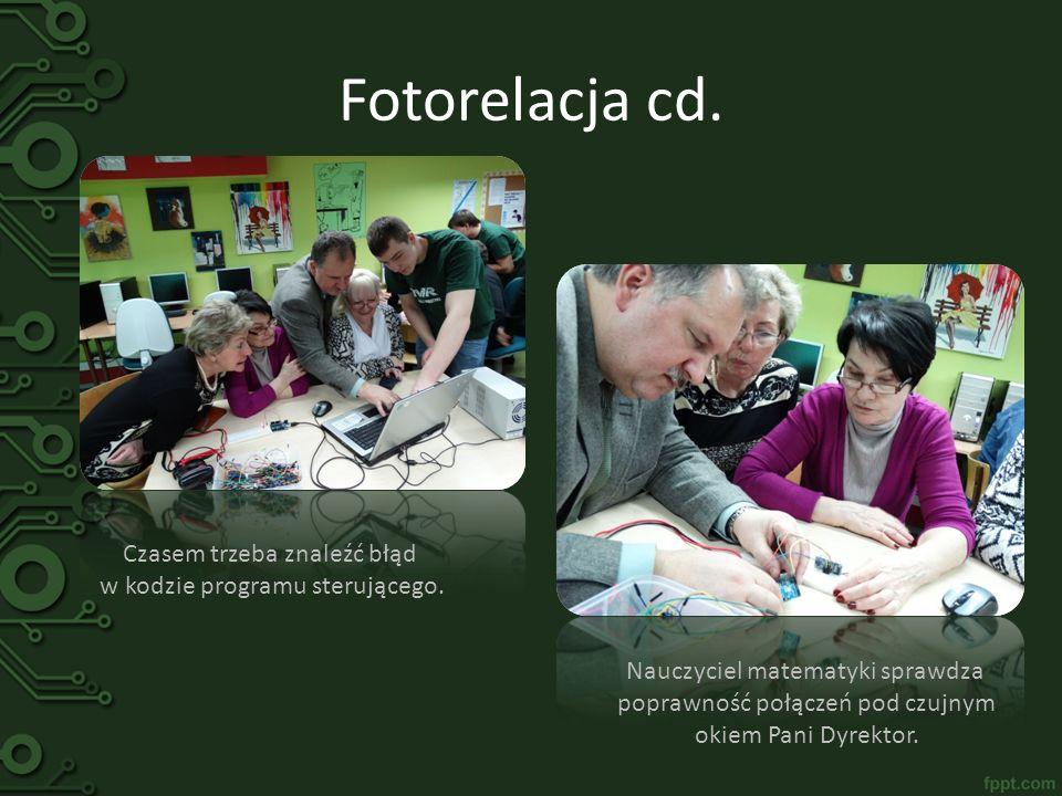 Fotorelacja cd. Czasem trzeba znaleźć błąd w kodzie programu sterującego. Nauczyciel matematyki sprawdza poprawność połączeń pod czujnym okiem Pani Dy