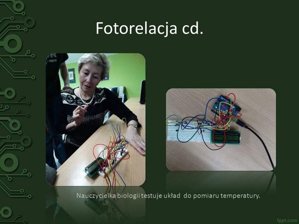 Fotorelacja cd. Nauczycielka biologii testuje układ do pomiaru temperatury.
