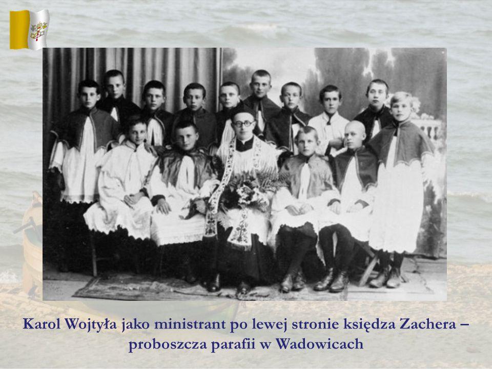 Karol Wojtyła jako ministrant po lewej stronie księdza Zachera – proboszcza parafii w Wadowicach