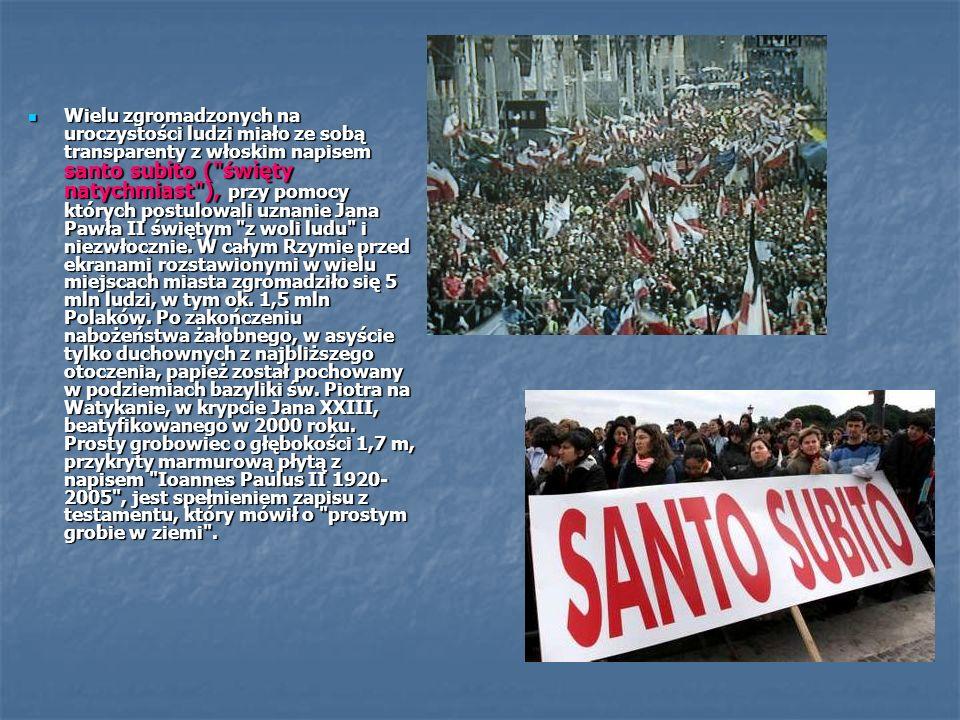 Wielu zgromadzonych na uroczystości ludzi miało ze sobą transparenty z włoskim napisem santo subito (