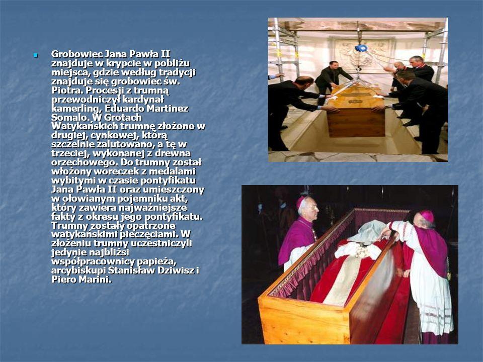 Grobowiec Jana Pawła II znajduje w krypcie w pobliżu miejsca, gdzie według tradycji znajduje się grobowiec św. Piotra. Procesji z trumną przewodniczył