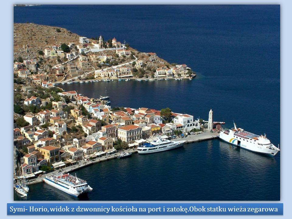 Symi- Horio, widok z dzwonnicy kościoła na port i zatokę.Obok statku wieża zegarowa