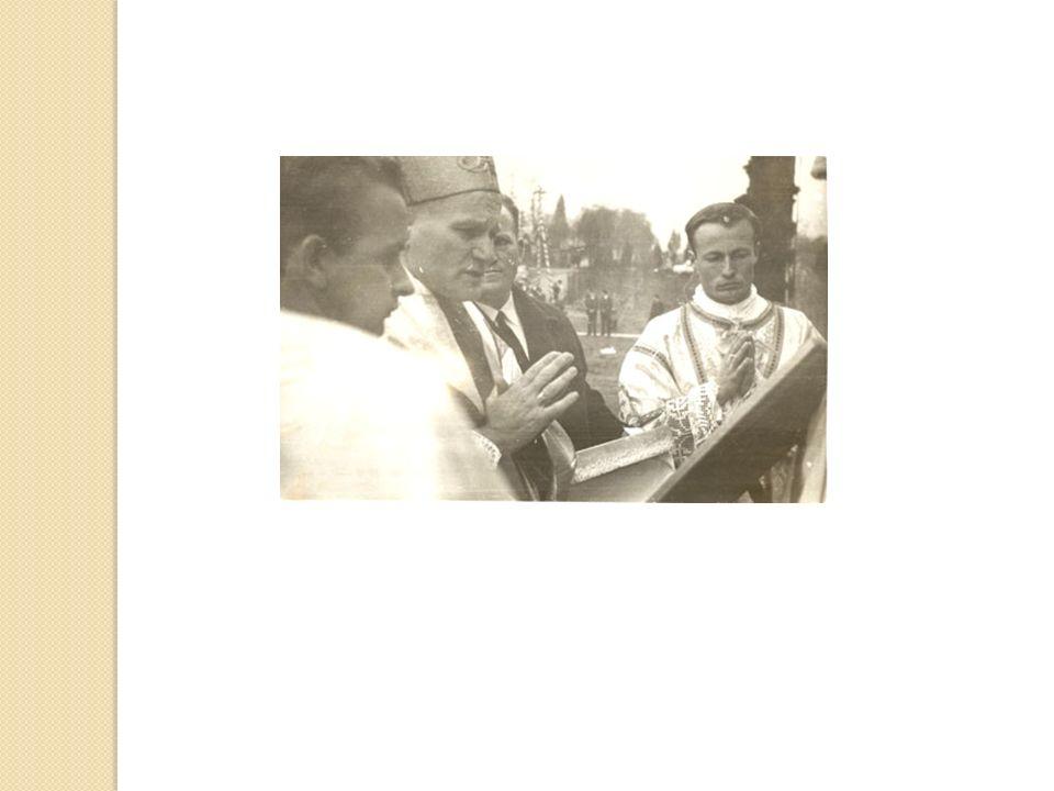 POŚWIĘCENIE KRZYŻA NA WIEŻĘ KOŚCIOŁA W1970 roku Karol Wojtyła poświęcił krzyż na wieżę kościoła.