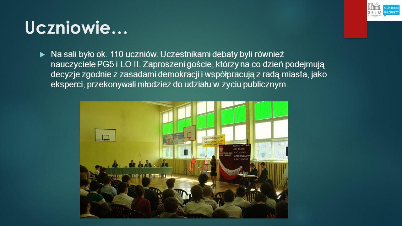 Uczniowie… Na sali było ok. 110 uczniów. Uczestnikami debaty byli również nauczyciele PG5 i LO II. Zaproszeni goście, którzy na co dzień podejmują dec