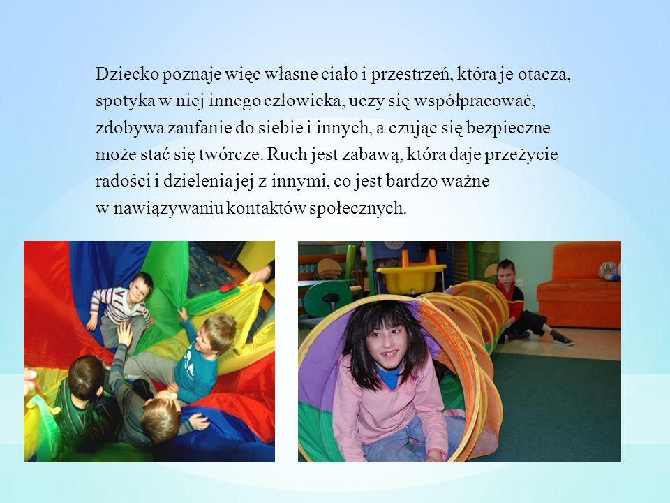 Dziecko poznaje więc własne ciało i przestrzeń, która je otacza, spotyka w niej innego człowieka, uczy się współpracować, zdobywa zaufanie do siebie i