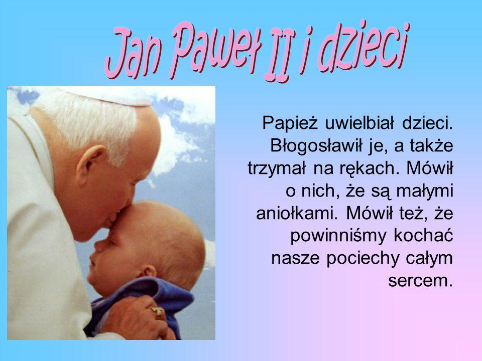 Papież uwielbiał dzieci.Błogosławił je, a także trzymał na rękach.