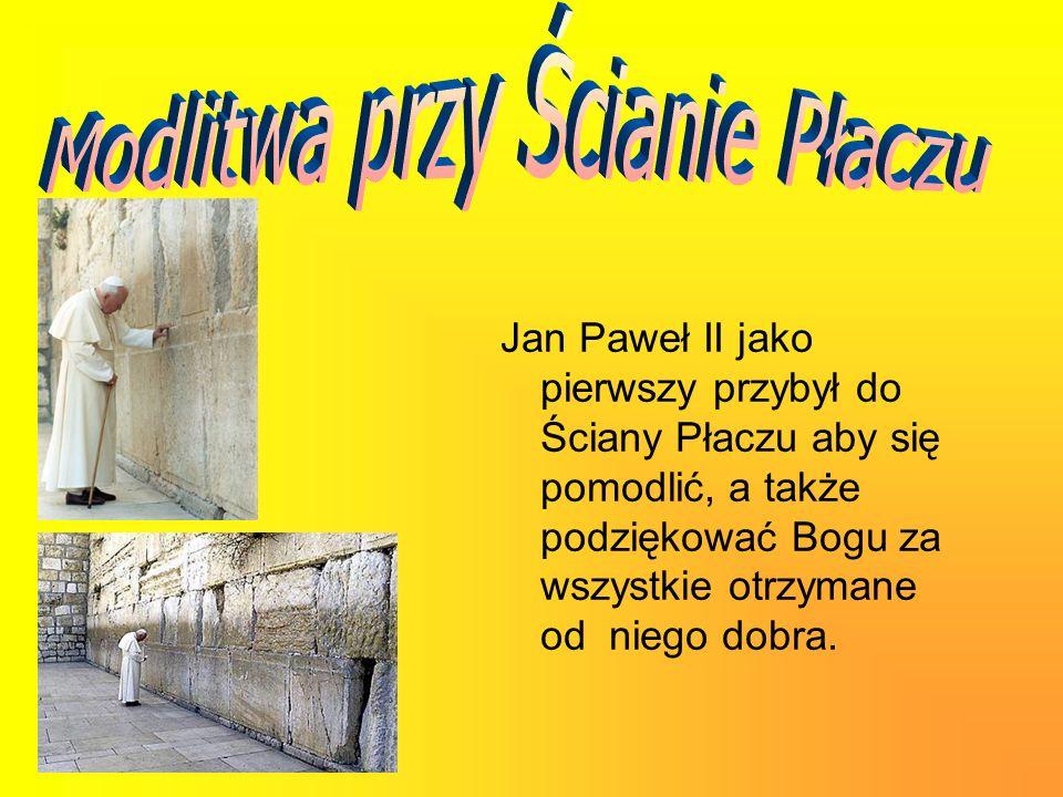 Jan Paweł II jako pierwszy przybył do Ściany Płaczu aby się pomodlić, a także podziękować Bogu za wszystkie otrzymane od niego dobra.