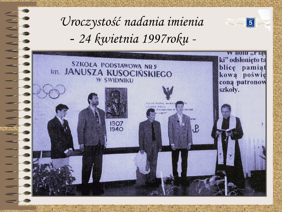 Uroczystość nadania Szkole Podstawowej nr 5 imienia Janusza Kusocińskiego odbyła się w dniu 24 kwietnia 1997roku. Poświęcenie sztandaru rozpoczęło się