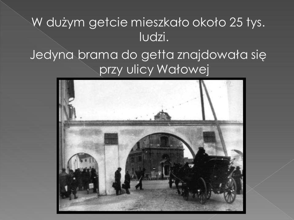 W dużym getcie mieszkało około 25 tys. ludzi. Jedyna brama do getta znajdowała się przy ulicy Wałowej