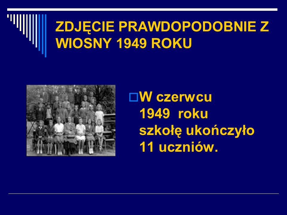 ZDJĘCIE PRAWDOPODOBNIE Z WIOSNY 1949 ROKU W czerwcu 1949 roku szkołę ukończyło 11 uczniów.
