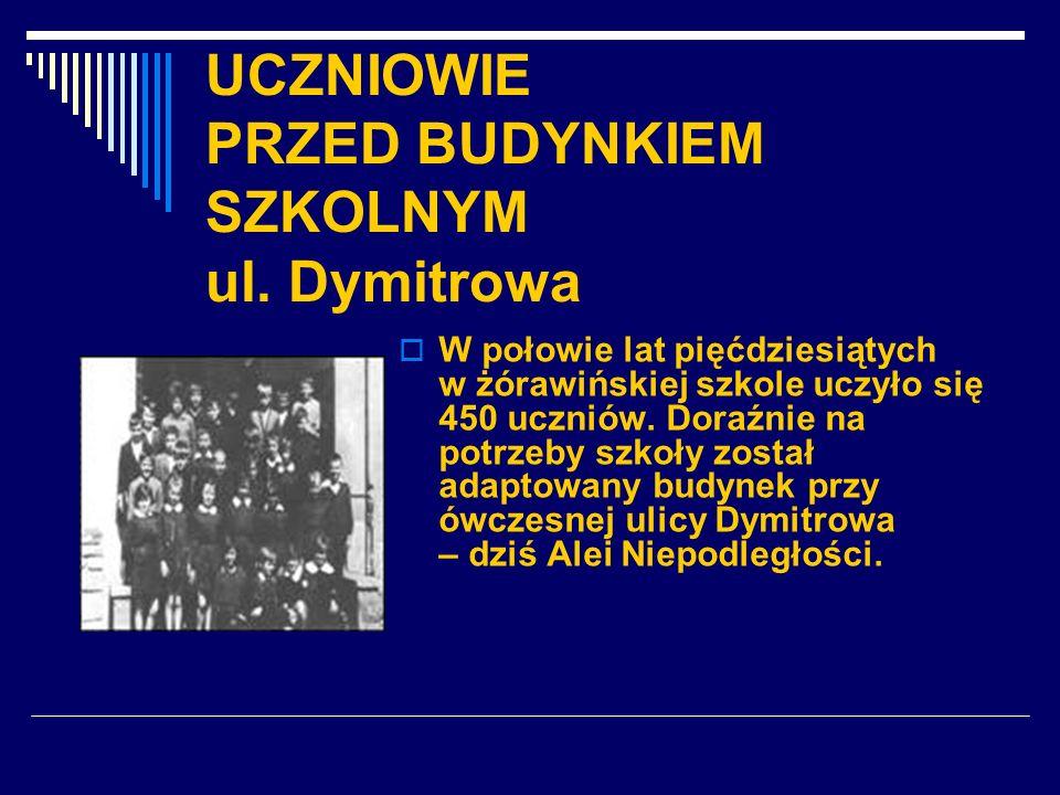 UCZNIOWIE PRZED BUDYNKIEM SZKOLNYM ul. Dymitrowa W połowie lat pięćdziesiątych w żórawińskiej szkole uczyło się 450 uczniów. Doraźnie na potrzeby szko