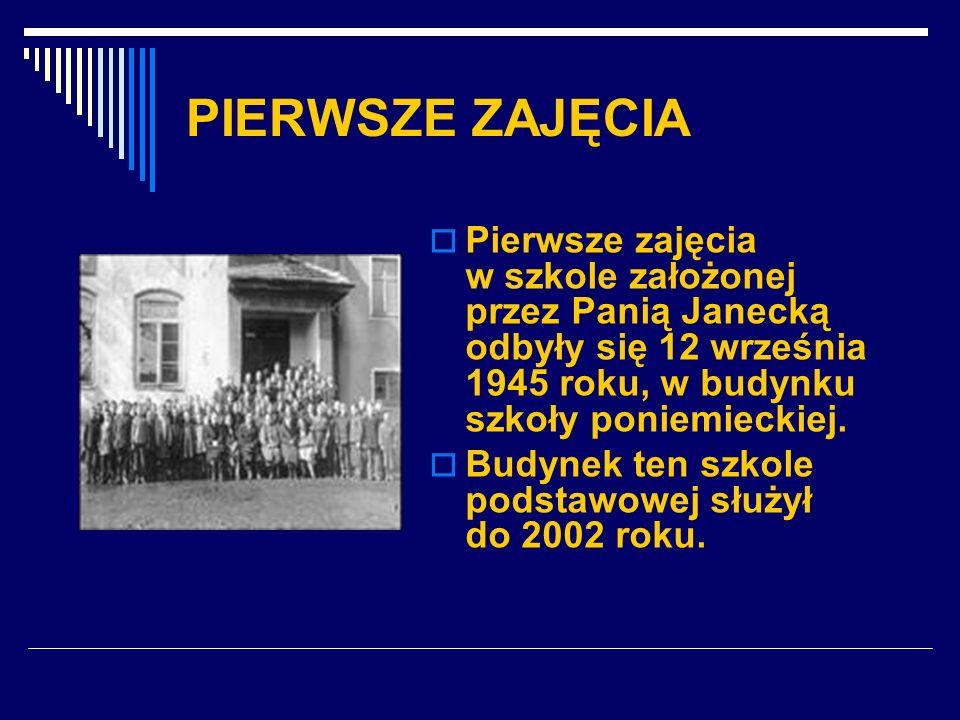 PIERWSZE ZAJĘCIA Pierwsze zajęcia w szkole założonej przez Panią Janecką odbyły się 12 września 1945 roku, w budynku szkoły poniemieckiej. Budynek ten