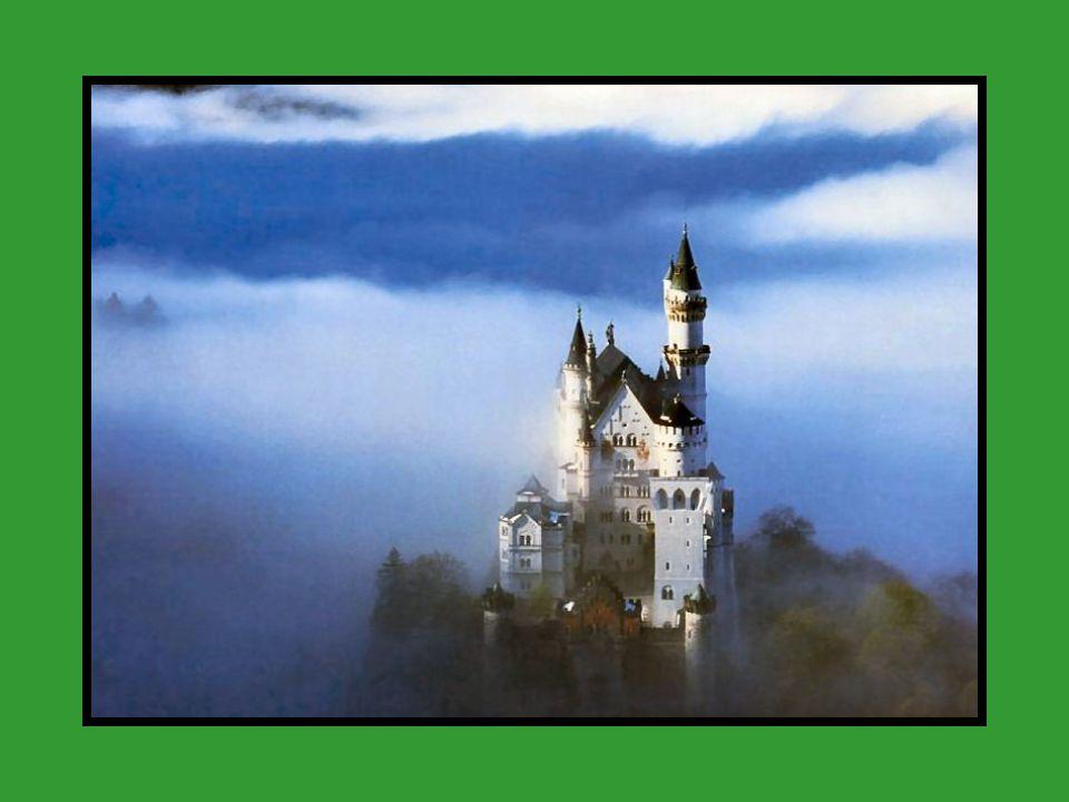 Neuschwanstein, (Nowy Kamienny Zamek Łabędzia), XIX-wieczny zamek neoromańsko-pseudomauretańsko-neogotycki położony w Bawarii, nad przełomem rzeki Pollak w Alpach Bawarsko-Tyrolskich, na pograniczu Niemiec i Austrii, dwa kilometry od Hohenschwangau.