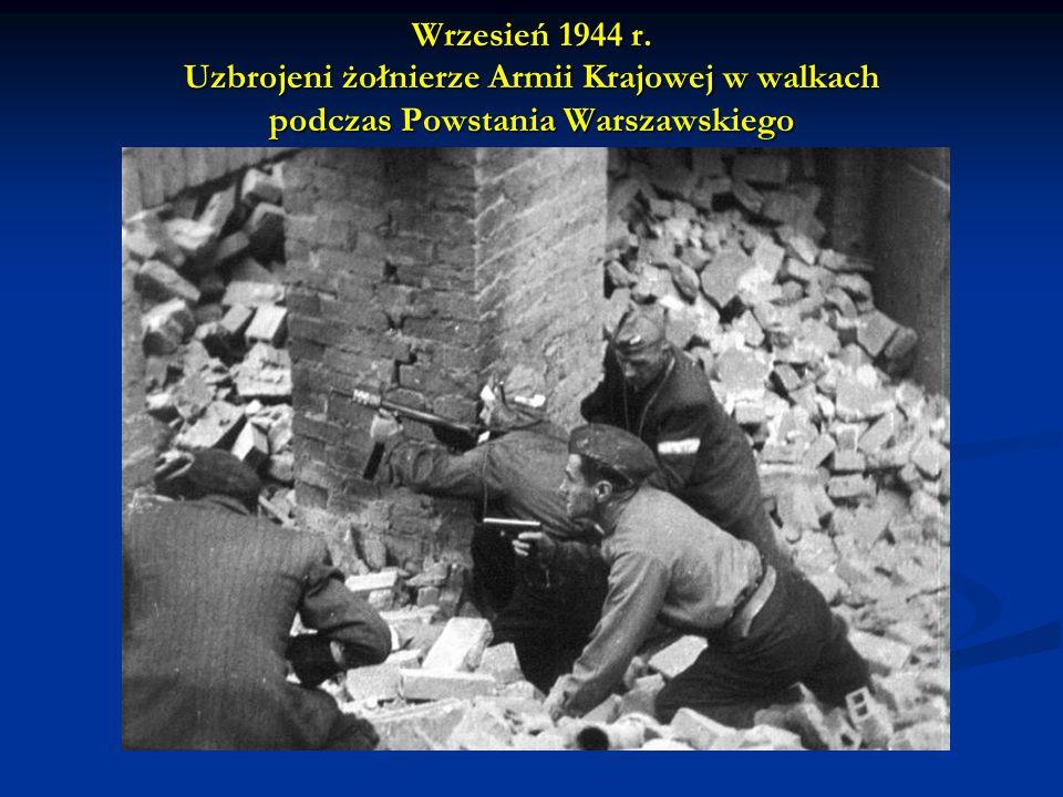 Wrzesień 1944 r. Uzbrojeni żołnierze Armii Krajowej w walkach podczas Powstania Warszawskiego