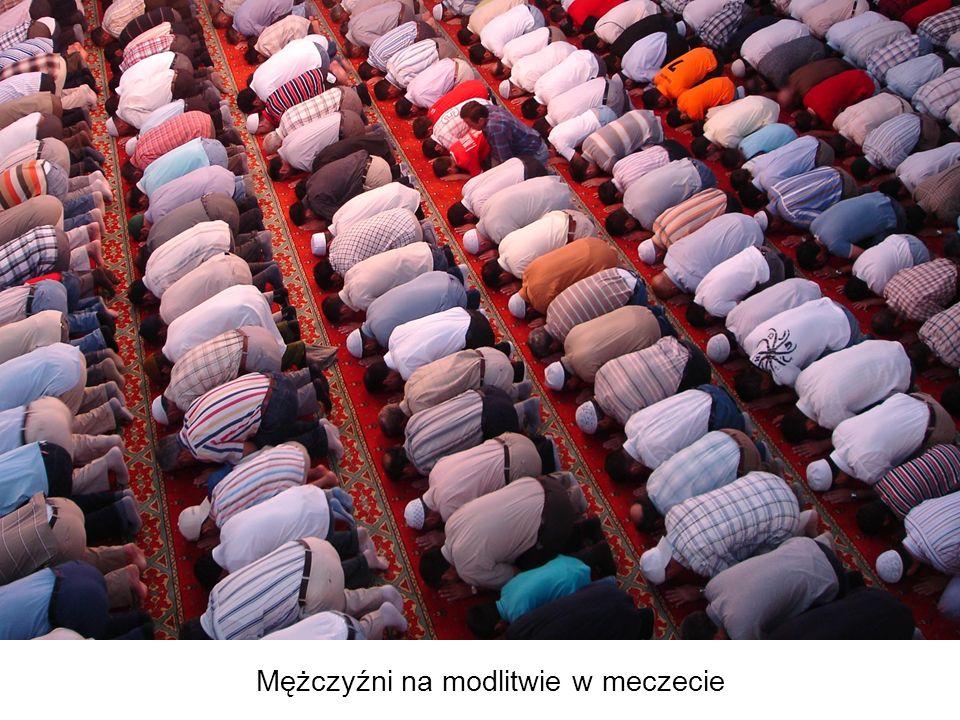 Mężczyźni na modlitwie w meczecie