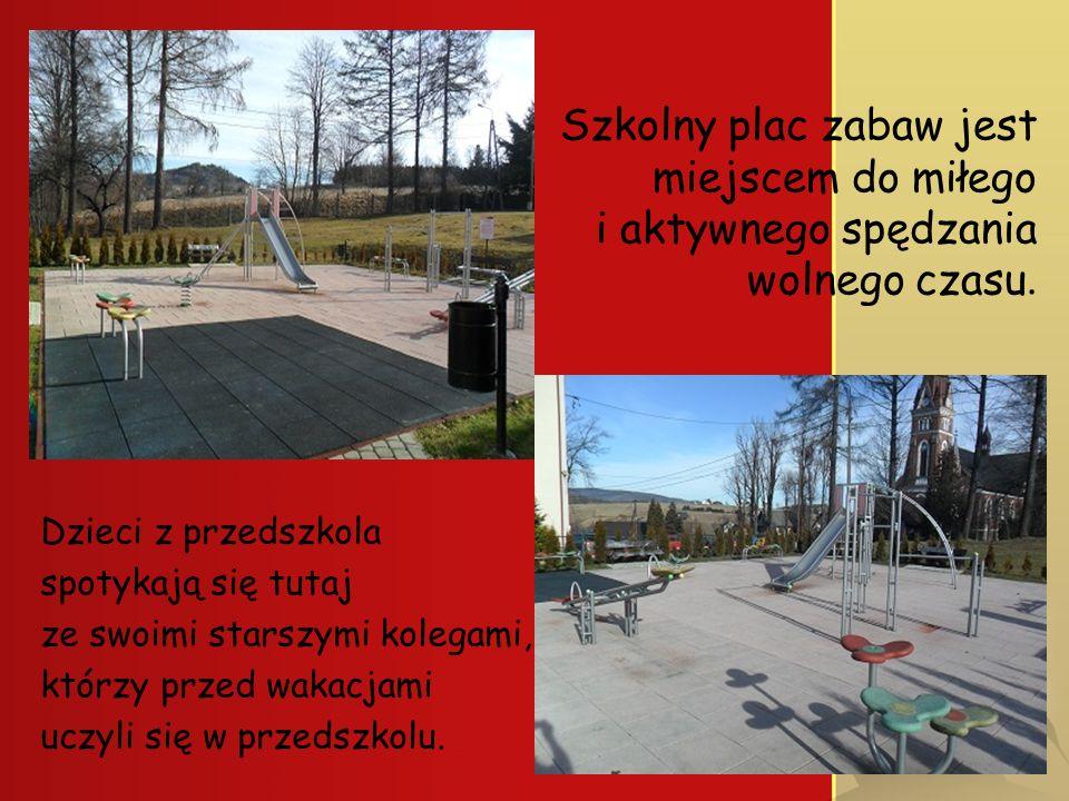 Szkolny plac zabaw jest miejscem do miłego i aktywnego spędzania wolnego czasu.. Dzieci z przedszkola spotykają się tutaj ze swoimi starszymi kolegami