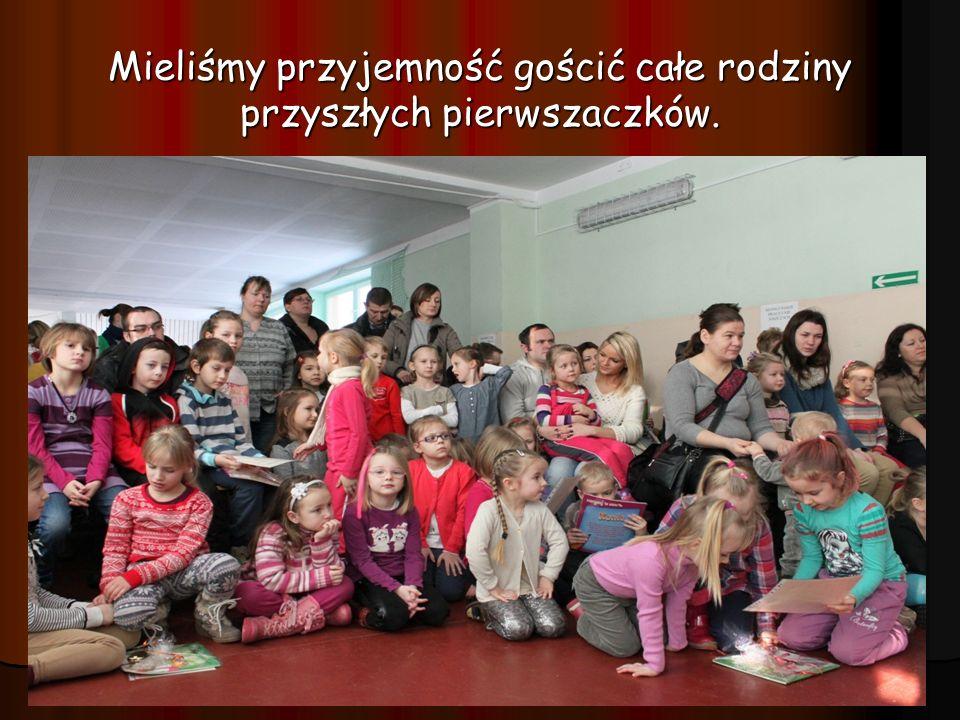 Pani dyrektor Ewa Rudnik i pani wice-dyrektor Mirosława Wierzbicka - Demiaszkiewicz powitały gości i zaprosiły do wzięcia udziału w prezentacji atutów szkoły.