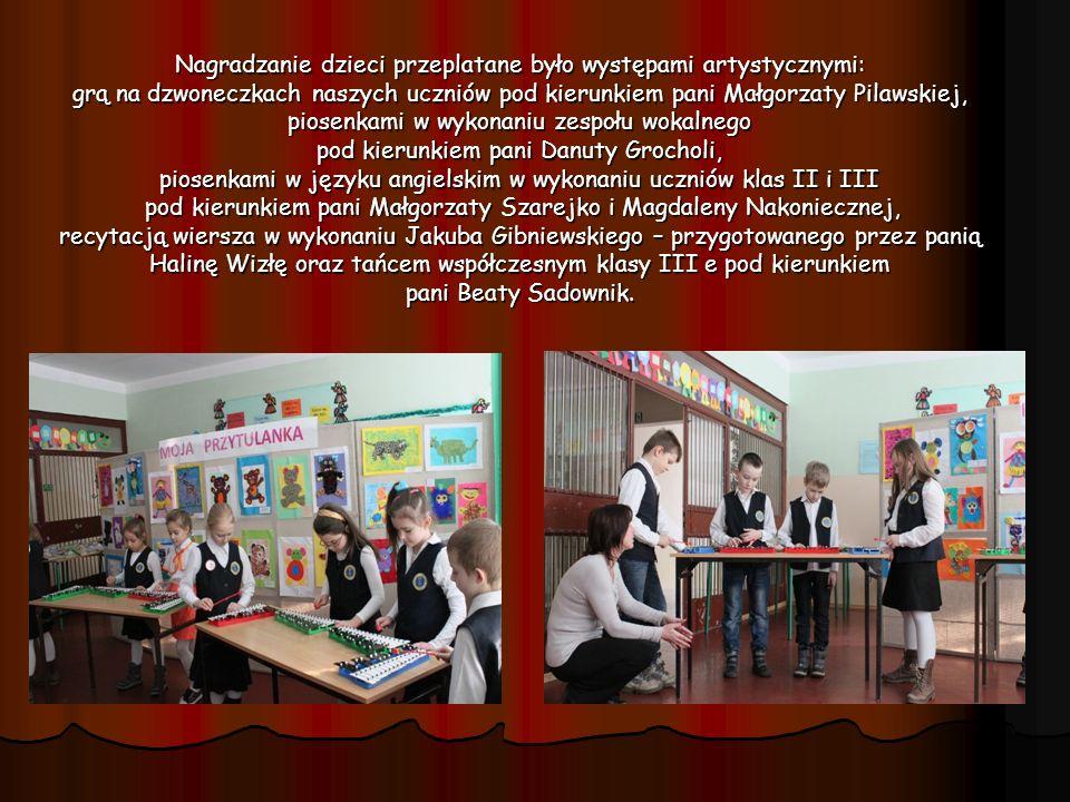 Nagradzanie dzieci przeplatane było występami artystycznymi: grą na dzwoneczkach naszych uczniów pod kierunkiem pani Małgorzaty Pilawskiej, piosenkami