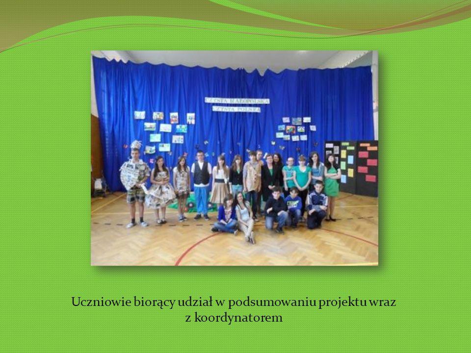 Uczniowie biorący udział w podsumowaniu projektu wraz z koordynatorem