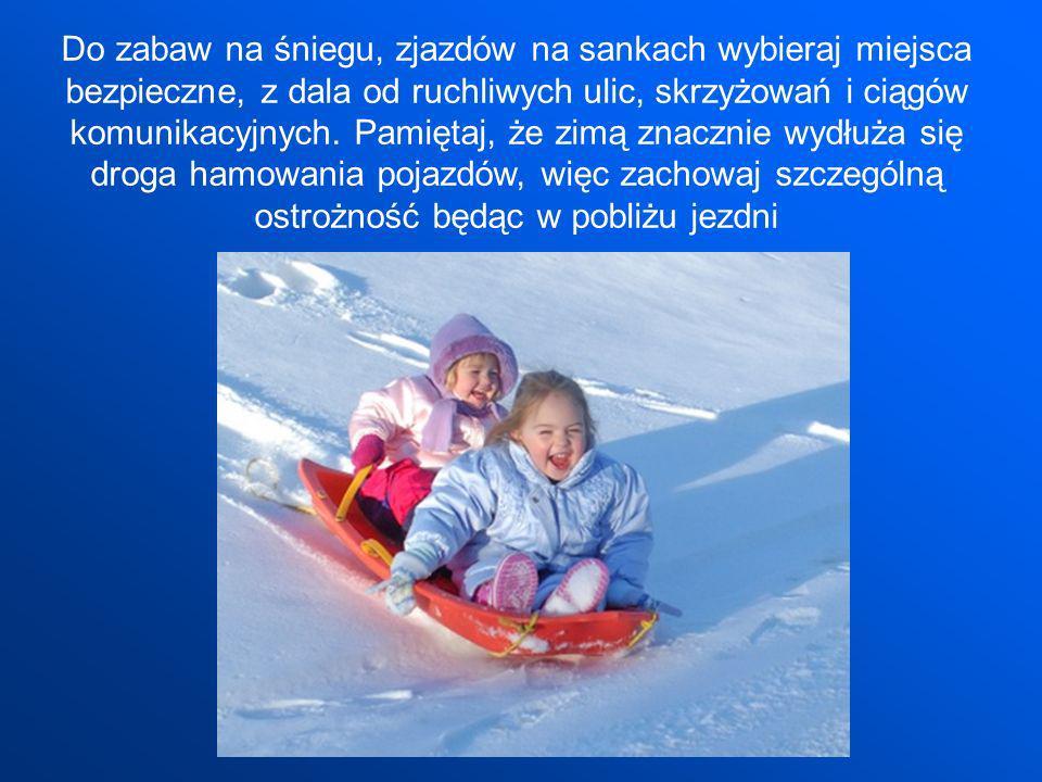 Do zabaw na śniegu, zjazdów na sankach wybieraj miejsca bezpieczne, z dala od ruchliwych ulic, skrzyżowań i ciągów komunikacyjnych. Pamiętaj, że zimą
