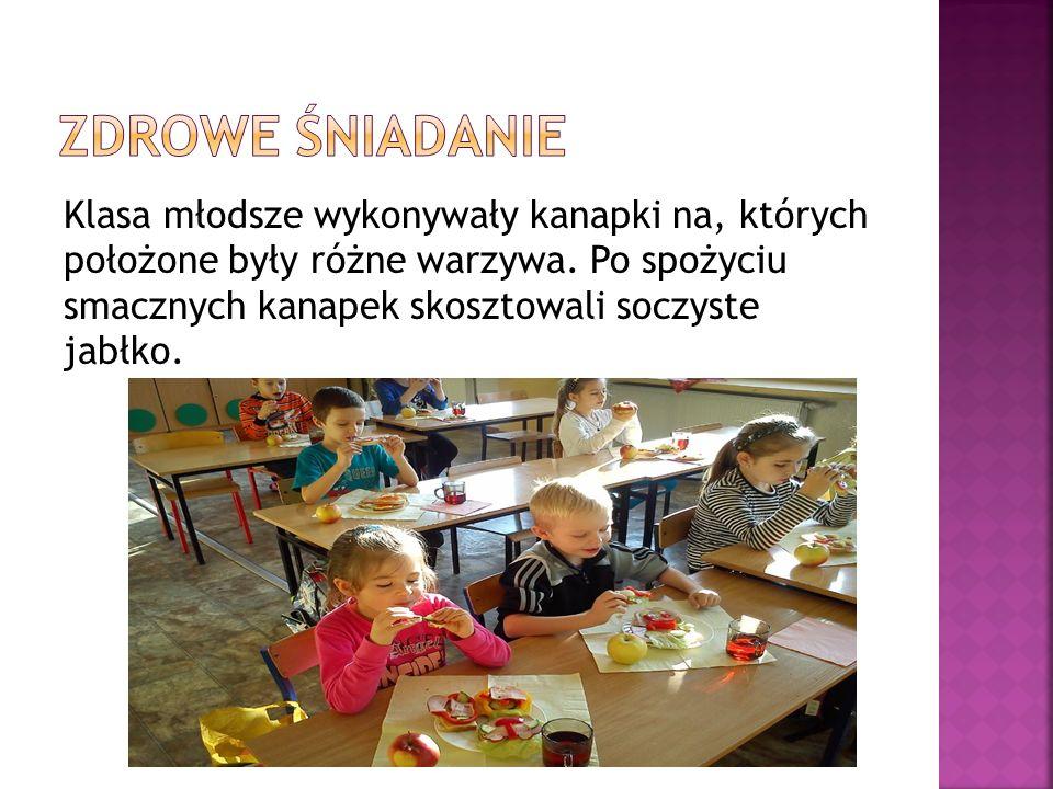 Klasa młodsze wykonywały kanapki na, których położone były różne warzywa. Po spożyciu smacznych kanapek skosztowali soczyste jabłko.
