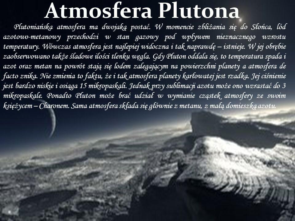 Plutoniańska atmosfera ma dwojaką postać. W momencie zbliżania się do Słońca, lód azotowo-metanowy przechodzi w stan gazowy pod wpływem nieznacznego w