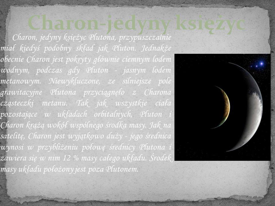 Charon, jedyny księżyc Plutona, przypuszczalnie miał kiedyś podobny skład jak Pluton. Jednakże obecnie Charon jest pokryty głównie ciemnym lodem wodny