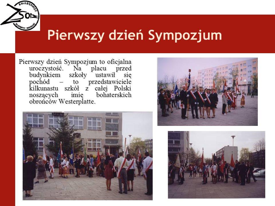 Pierwszy dzień Sympozjum Pierwszy dzień Sympozjum to oficjalna uroczystość. Na placu przed budynkiem szkoły ustawił się pochód – to przedstawiciele ki