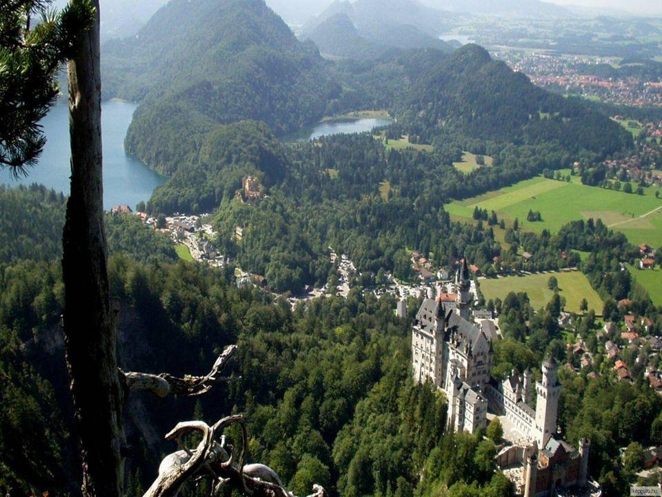 Zamek Neuschwanstein jest otoczony przez piękne krajobrazy Alp i wodospad, który może być oglądany z królewskiego pokoju. Zamek był wierny opisom w li