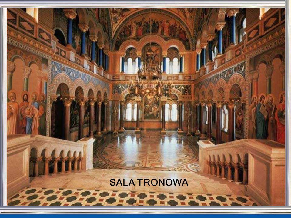 Sala tronowa, mimo że pozostało nieskończona, jest imponująca. Podłoga z płytek ułożona w motyw koła symbolizuje życie lądowe zwierzęta i rośliny. Z s