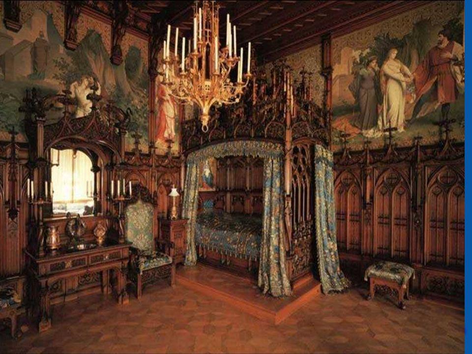 Królewska sypialnia, jak w innych zamkach Ludwika II, jest bogato zdobiona. Legenda o Tristanie i Izoldzie jest głównym motywem zdobiącym. Oprócz malo