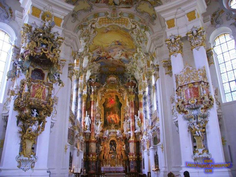 PAŁACOWA KAPLICA Sypialnia Ludwika II Bawarskiego posiadała okno do tej kaplicy. Urządzona w nowoczesnym stylu gotyckim, jest zdominowana przez bogato