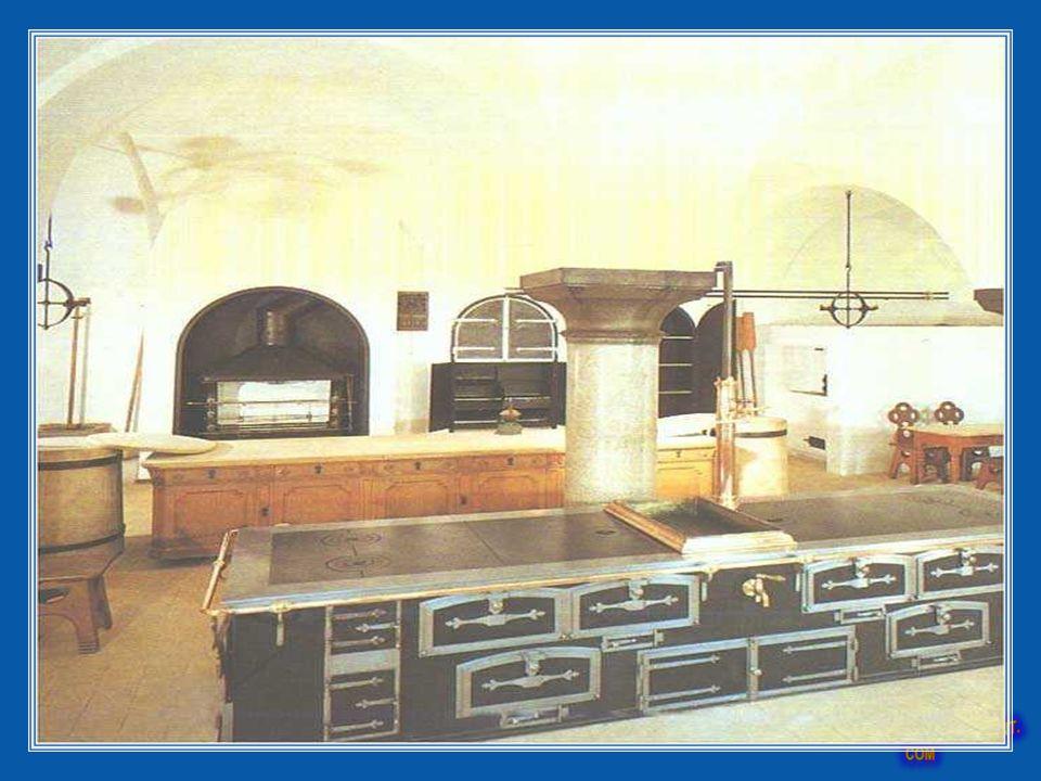 Kuchnia wyposażona była w zaawansowane nowinki techniczne. Wyposażona był w duże palenisko, kredens, duży grill i mały na szaszłyki. Miał również gril