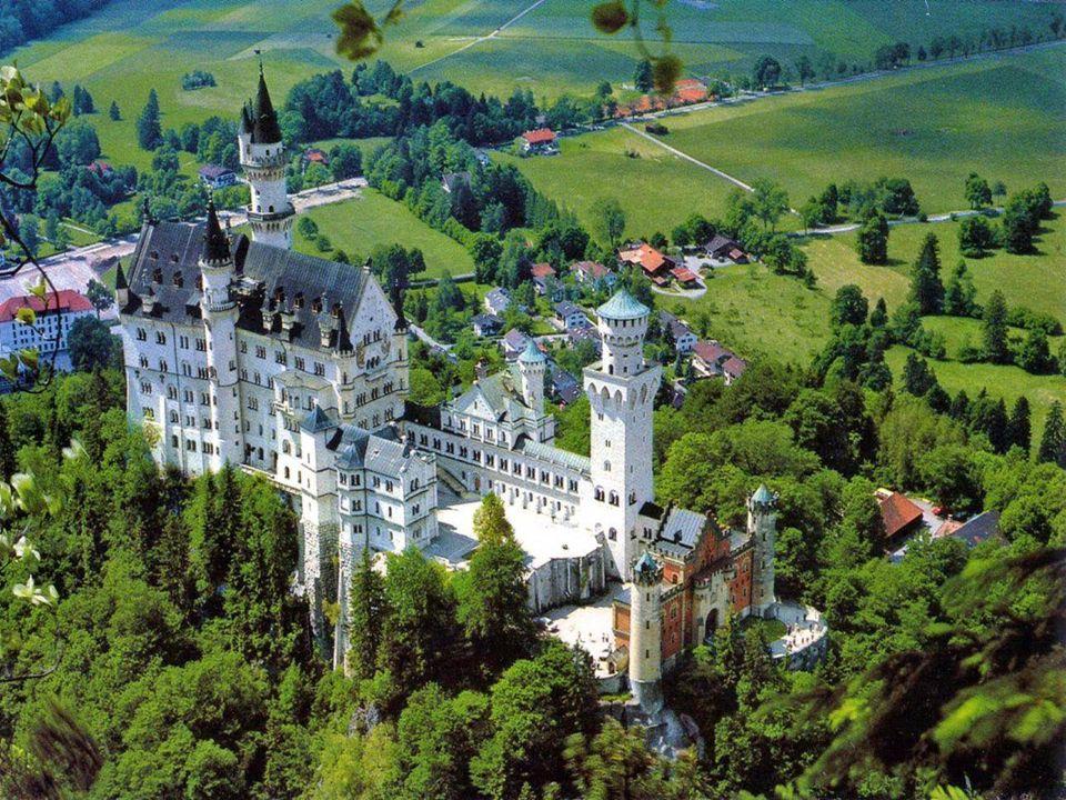 Ludwig II chciał aby Zamek został zbudowany z materiałów dostępnych w Bawarii oraz przez mieszkańców Bawarii. To dodatkowo zachęciło miejscowych rzemi