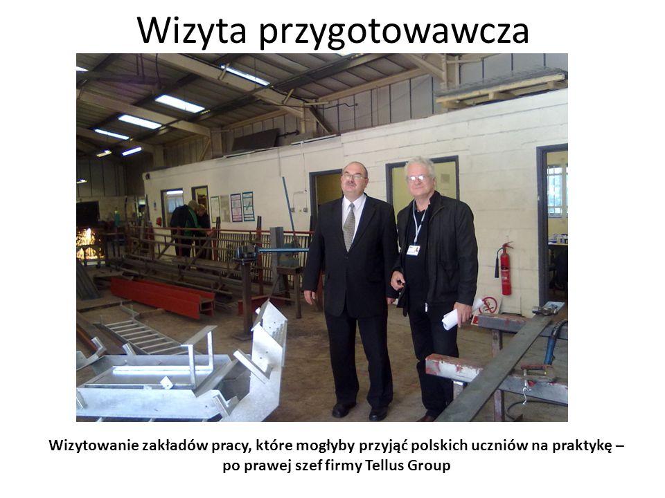 Wizyta przygotowawcza Wizytowanie zakładów pracy, które mogłyby przyjąć polskich uczniów na praktykę – mały warsztat mechaniczny o wielkości szkolnego warsztatu