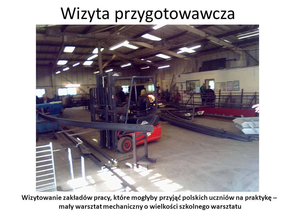 Wizyta przygotowawcza Wizytowanie zakładów pracy, które mogłyby przyjąć polskich uczniów na praktykę – wizyta w przedsiębiorstwie produkującym hydraulikę do wózków widłowych – po prawej szef ds.