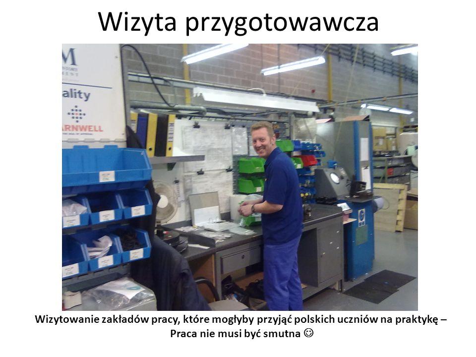 Wizyta przygotowawcza Wizytowanie zakładów pracy, które mogłyby przyjąć polskich uczniów na praktykę – wtryskarka przerabiająca granulat na elementy z tworzywa sztucznego