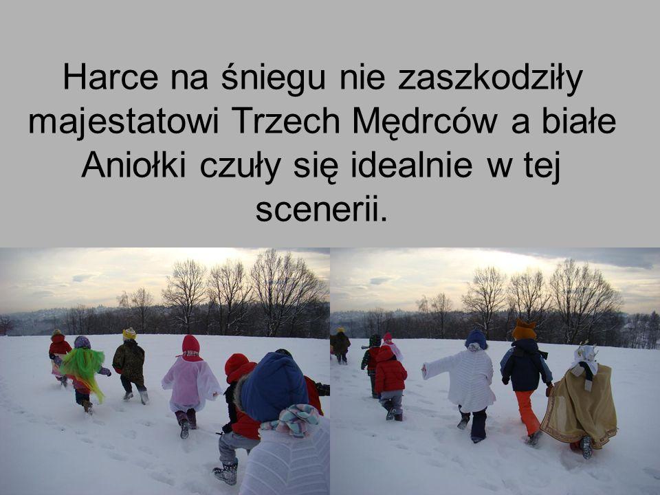 Harce na śniegu nie zaszkodziły majestatowi Trzech Mędrców a białe Aniołki czuły się idealnie w tej scenerii.