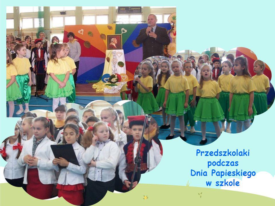 Przedszkolaki podczas Dnia Papieskiego w szkole