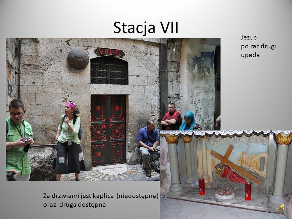 Stacja VII Jezus po raz drugi upada Za drzwiami jest kaplica (niedostępna) oraz druga dostępna