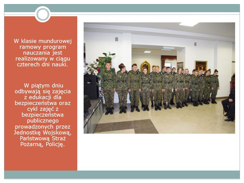 W klasie mundurowej ramowy program nauczania jest realizowany w ciągu czterech dni nauki. W piątym dniu odbywają się zajęcia z edukacji dla bezpieczeń