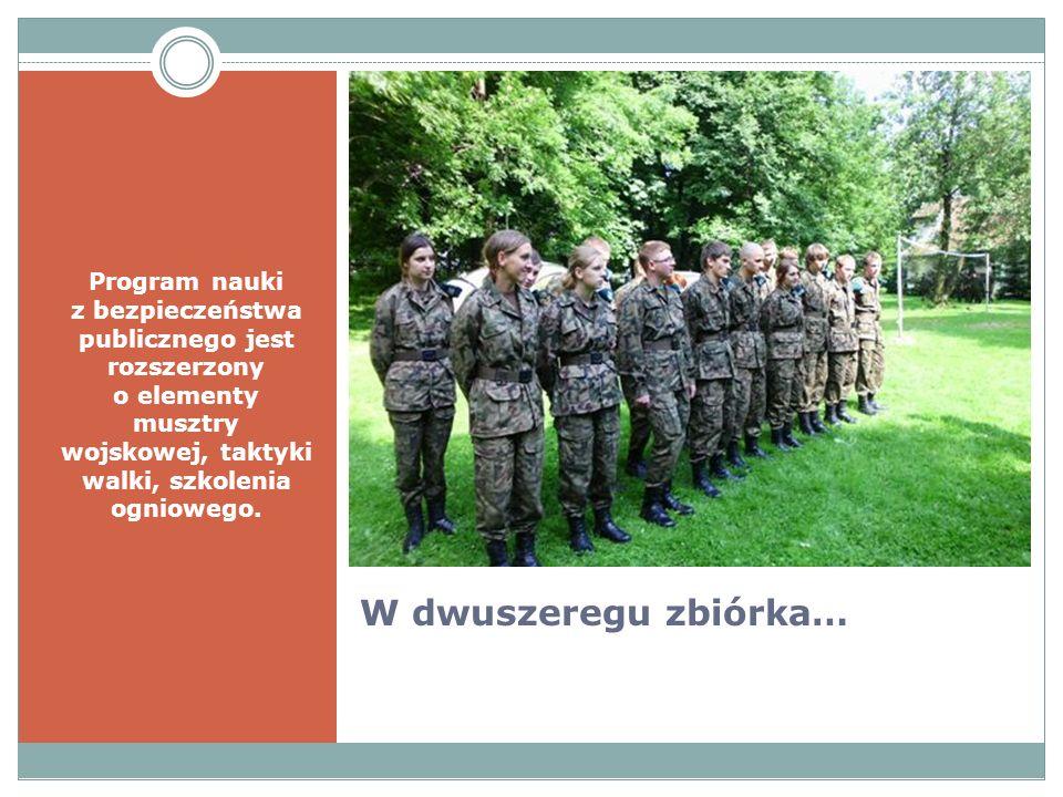 W dwuszeregu zbiórka… Program nauki z bezpieczeństwa publicznego jest rozszerzony o elementy musztry wojskowej, taktyki walki, szkolenia ogniowego.