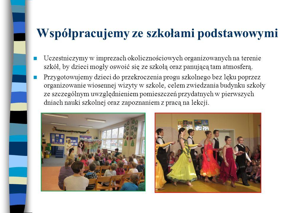 Współpracujemy ze szkołami podstawowymi Uczestniczymy w imprezach okolicznościowych organizowanych na terenie szkół, by dzieci mogły oswoić się ze szk