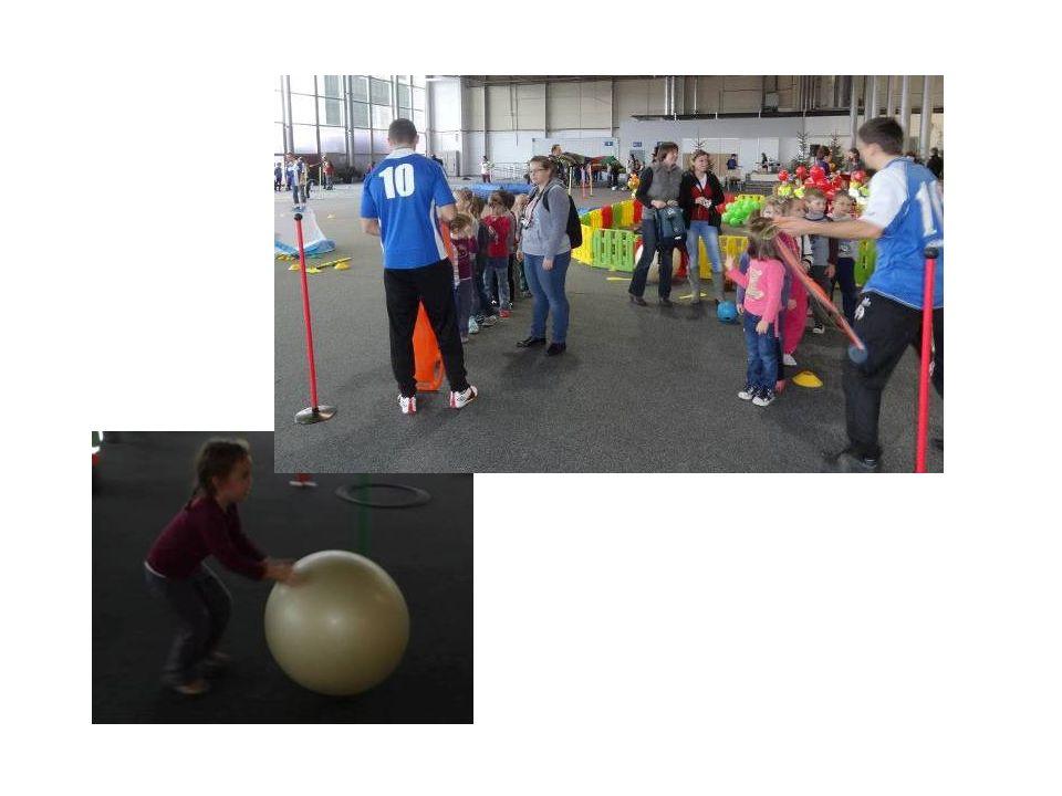 W Akademii Piłkarskiej Reissa, która realizuje projekt edukacji poprzez sport i promuje zdrowy styl życia ćwiczyliśmy równowagę i gibkość.