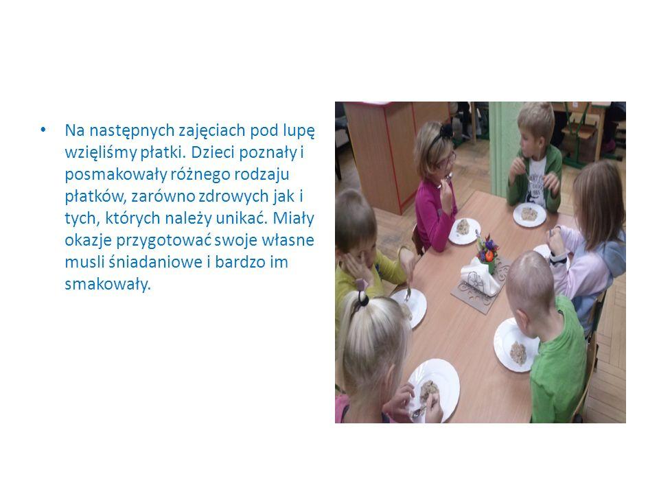 Na następnych zajęciach pod lupę wzięliśmy płatki. Dzieci poznały i posmakowały różnego rodzaju płatków, zarówno zdrowych jak i tych, których należy u