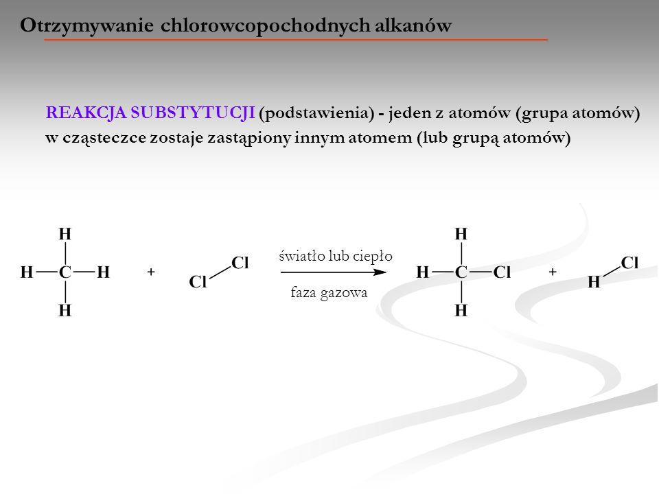 Otrzymywanie chlorowcopochodnych alkanów REAKCJA SUBSTYTUCJI (podstawienia) - jeden z atomów (grupa atomów) w cząsteczce zostaje zastąpiony innym atom