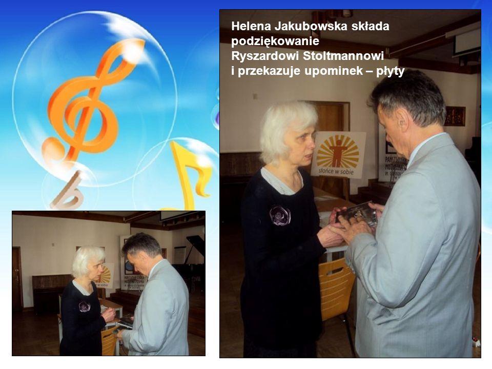 Helena Jakubowska składa podziękowanie Ryszardowi Stoltmannowi i przekazuje upominek – płyty